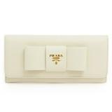 プラダ スーパーコピー 財布 二つ折りフラップ ロゴ×リボンモチーフ 型押しレザー ホワイト 長財布 PRADA 1M1132 SAF.FIOCCO BIANCO